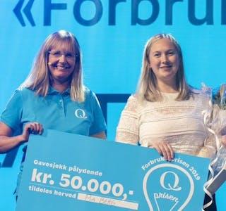 Innovasjonsdirektør i Q, Annette Waage Jung gratulerer Pia Berg med «Forbrukerprisen 2019» for idéen som førte til Skyr® Luftig.