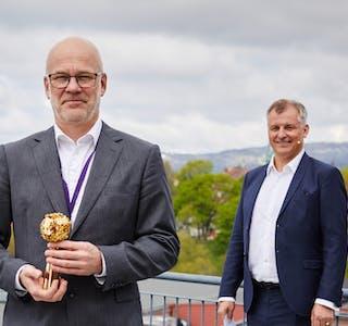 Kringkastingssjef Thor Gjermund Eriksen med trofeet som viser at NRK ble stemt fram som Norges mest populære arbeidsgiver. Administrerende direktør Eivind Bøe (t.h) fra Randstad.