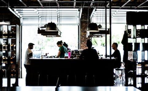 Antallet konkurser har gått kraftig ned. Aller størst har nedgangen vært for barer, restauranter og hoteller.