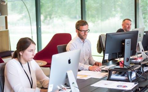 Mange vender tilbake til kontoret i høst. Det vet svindlerne hvordan de skal utnytte. Foto: Unsplash.