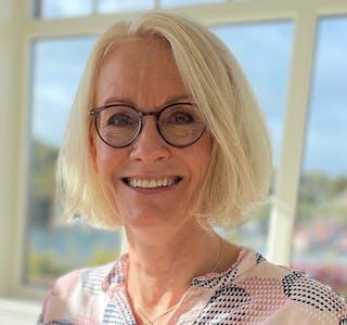 Hilde Teigen Jakobsen jobber som forsikringsrådgiver på DNBs kundesenter i Bjørvika i Oslo.