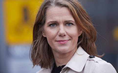 Dagens hurtigladenettverk langs veiene ikke er dimensjonert for denne enorme veksten i elbiler, sier Camilla Ryste, kommunikasjonssjef i NAF.